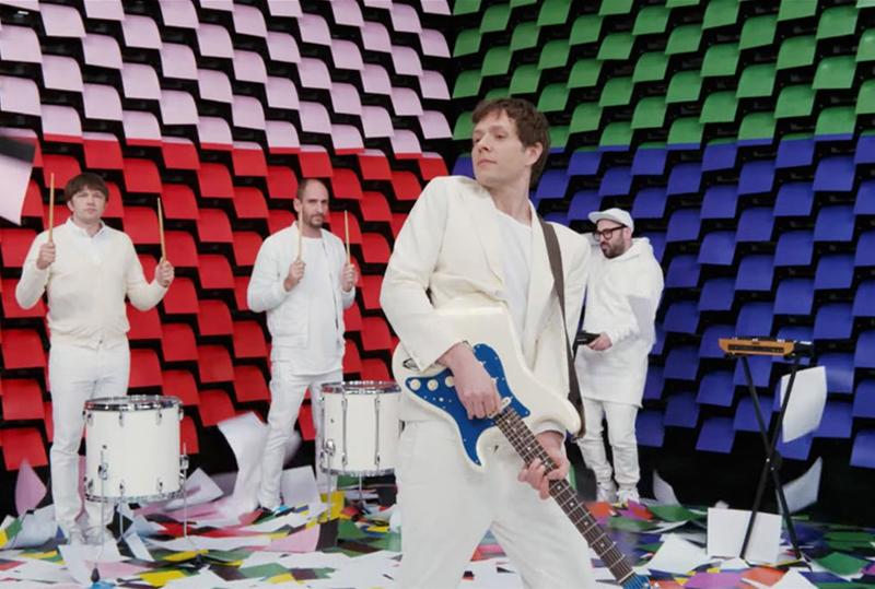 Ok Go, impressoras, muitos papeis e tintas.