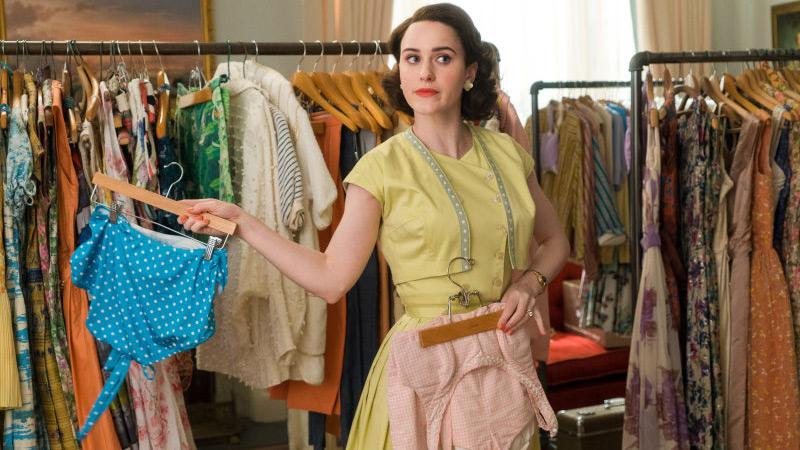 The Marvelous Mrs Maisel - Midge escolhendo roupas
